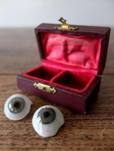 Prosthetic Eyes with Case (2 pcs) (D0518-04)
